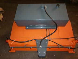 Щетка с задним бункером с системой полива и лотковой щеткой для мини-погрузчиков, рабочая ширина 2000 мм
