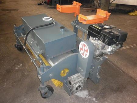 Щетка с автономным двигателем и системой полива для вилочных погрузчиков