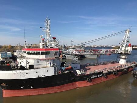 Астраханская верфь АСПО построила крановое судно для Туркменистана