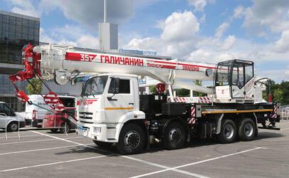 Галичский автокрановый завод начал поставки новых автокранов серии «Пионер» на базе шасси КамАЗ