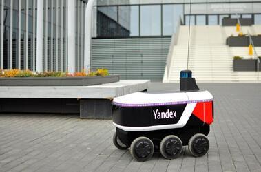 Робот-курьер «Яндекс.Ровер» начал работать в Сколково