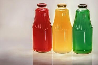 Розлив сока в стеклянную тару