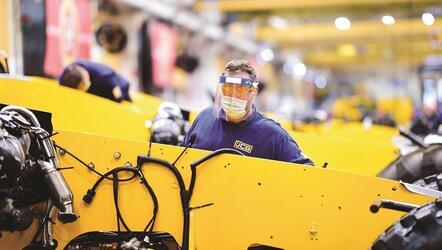 JCB частично возобновила производство техники