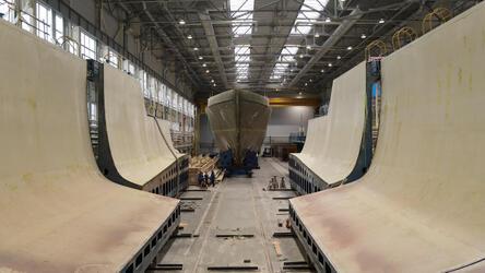 На СНСЗ извлекли из матрицы композитный корпус корабля «Анатолий Шлемов»