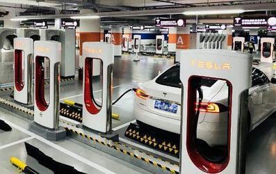 Tesla открыла самую большую зарядную станцию в мире