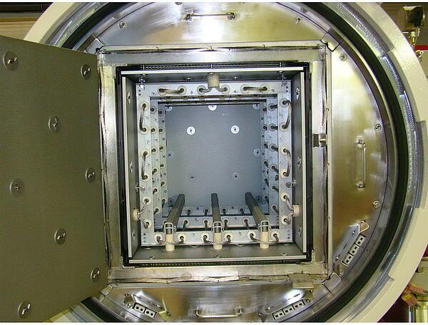 Вакуумная печь SCHMETZ, цилиндрическая металлическая камера нагрева